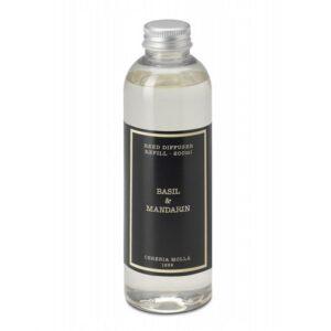 Namų kvapo papildymas Cereria Molla Basil&Mandarin 200ml Namų kvapo papildymas Cereria Molla Basil&Mandarin 200ml - tai kvapas, kuris sukuria harmoniją ir skleidžia gerą energiją. Tarpusavyje puikiai derantys citrinos, laimo ir mandarinų aromatai, apgaubti jazmino bei baziliko natų gaivina, sukuria malonią ir jaukią atmosferą. Cereria Molla 1899 pirmuosius kvapus namams sukūrė dar 1899-aisiais metais. Šio prekės ženklo gaminiai yra rankų darbo, gaminami itin kruopščiai ir atsižvelgiant į smulkiausias detales. Tai labai aukštos kokybės ir subtilaus kvapo ispaniškas gaminys. Basil&Mandarin kvapas puikiai tinka namų aurai kurti. Gaivus aromatas nuteikia teigiamai ir lengvai. Kvapo pagrindinės natos - baltas jazminas, citrinų žievelės, laimas, mandarinai, bazilikas. Tai yra papildymas Basil&Mandarin namų kvapui. Talpa - 200ml. Namų kvapo papildymo naudojimas Namų kvapo papildymas naudojamas tuomet, kada difuzoriuje su lazdelėmis baigiasi skystis. Įpilkite norimą kiekį kvapaus skysčio, įdėkite lazdeles ir kvėpinkite namus pagal poreikį. Intensyvesniam aromatui gauti, kartais apverskite lazdeles. Dėmesio: skysčiui patekus ant odos būtinai nuplaukite vandeniu ir muilu. Jei oda sudirgsta - kreipkitės į gydytoją. Gali pasireikšti alerginės reakcijos. Laikyti vaikams nepasiekiamoje vietoje, atokiau nuo karščio, kibirkščių ir atviros ugnies. Saugokite paviršius ir audinius nuo prisilietimo. Jeigu taip nutiko, stenkitės kuo greičiau nusausinti. Skirtas tik išoriniam naudojimui, skysčio negalima gerti ar ragauti. Skysčiui patekus į akis - praplaukite gausiu vandens kiekiu. Jei praplovus, vis dar peršti, ar jaučiamas dilgčiojimas, kiti nemalonūs pojūčiai - nedelsiant kreipkitės į gydytoją. Daugiau Cereria Molla produktų rasite čia: https://www.mamaimam.lt/brand/cereria-molla-1899/